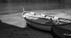 Łódź rybacka na plaży w B/W fotografia royalty free