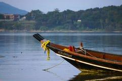 Łódź rybacka na tle odległe wyspy i linia brzegowa Obrazy Royalty Free