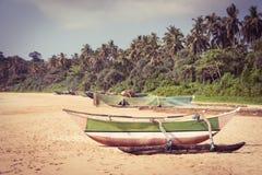 Łódź rybacka na tropikalnej plaży obrazy stock
