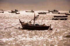 Łódź rybacka na wodzie przy wschodem słońca Zdjęcia Stock
