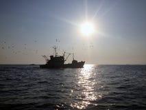 Łódź rybacka na wysokich morzach Fotografia Stock