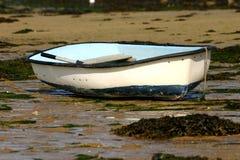 Łódź rybacka na ziemi podczas odpływu Obraz Royalty Free