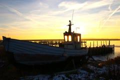 Łódź rybacka na ziemi przy schronieniem Zdjęcia Royalty Free