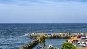 Łódź rybacka opuszcza schronienie łódź fotografia stock