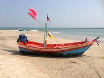Łódź rybacka parking na stronie, przy Jest Plażowy Obrazy Royalty Free