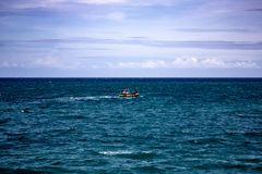 Łódź rybacka Przewodzi out morze fotografia stock