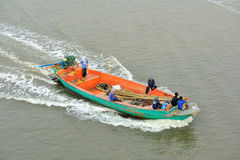 Łódź rybacka przewodzi out ocean Obrazy Royalty Free