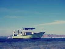 Łódź rybacka przy błękitnym morzem Obrazy Stock