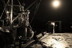 Łódź Rybacka przy Dockside przy nocy narządzaniem iść morze z trawlerów urzędnikami w Czarny I Biały i mężczyznami zdjęcie stock