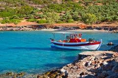 Łódź rybacka przy idylliczną plażą na Crete obraz stock