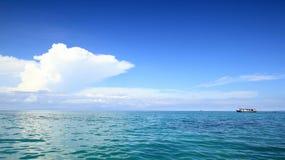 Łódź rybacka przy oceanem Zdjęcia Royalty Free