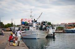Łódź rybacka przy portem Nea Moudania fotografia stock