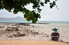 Łódź Rybacka przy Rawai plażą Phuket Tajlandia Zdjęcia Royalty Free
