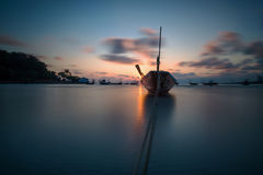 Łódź rybacka przy Rayong plażą, Tajlandia Obraz Stock