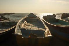 Łódź rybacka przygotowywająca wychodził przy wczesnym porankiem Zdjęcia Royalty Free