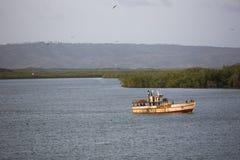 Łódź rybacka unosi się na wodzie, błękitnym morzu i niebie z copysp, zdjęcia royalty free