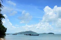 Łódź rybacka unosi się przy Yayam wyspą Obraz Royalty Free