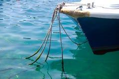 Łódź rybacka w krysztale - jasnym nawadnia Fotografia Stock