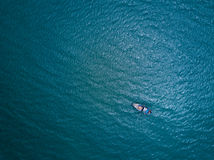 Łódź Rybacka w morzu Ptasiego oka widok od trutnia Zdjęcia Stock