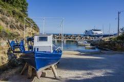 Łódź rybacka w naprawie w porcie Pessada Zdjęcia Stock
