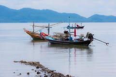 Łódź rybacka w ranku morzu Zdjęcia Royalty Free