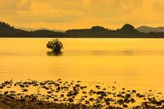 Łódź rybacka w ranku morzu Obrazy Stock