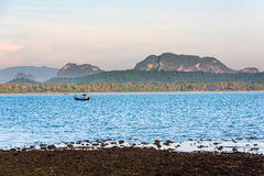 Łódź rybacka w ranku morzu Obrazy Royalty Free