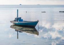 Łódź rybacka w wodzie z odbiciem Obrazy Royalty Free