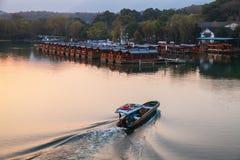 Łódź rybacka z barkarzem iść na Zachodnim jeziorze Obrazy Royalty Free