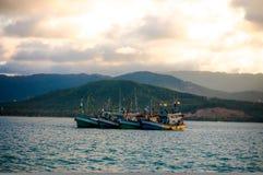 Łódź rybacka z powrotem główna ziemia Zdjęcie Stock