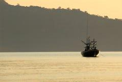 Łódź rybacka z ranek światłem. Zdjęcie Royalty Free
