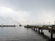 Łódź rybacka z wściekać się drymbę odjeżdża od mola Fotografia Stock