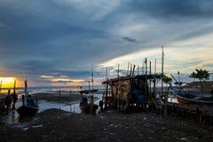 Łódź rybacka z wschodu słońca tłem Obrazy Stock