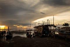 Łódź rybacka z wschodu słońca tłem Zdjęcia Royalty Free