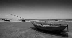 Łódź splatająca na piaskowatej plaży w czarny i biały Fotografia Royalty Free