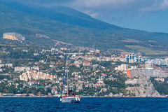 Łódź unosi się na Czarnym morzu Zdjęcia Royalty Free