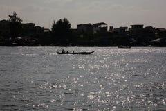 Łódź w świetle słonecznym na Tonle Aprosza jeziorze Obrazy Stock