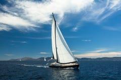 _ Łódź w żeglowania regatta Rzędy luksusowi jachty przy marina dokiem Podróż Fotografia Stock