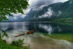 Łódź w Alps jeziornych fotografia stock