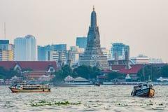 Łódź w Chao Phraya rzece Arun Wacie i świątynia fotografia royalty free