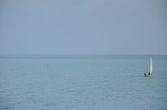 Łódź w dennej powierzchni na słonecznym dniu Fotografia Stock