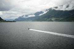 Łódź w fjord w Norwegia Obrazy Royalty Free