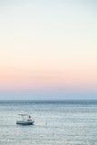 Łódź w Ionian morzu w lato zmierzchu Obrazy Stock