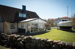 Łódź w jardzie dom, Goteborg, Szwecja fotografia stock