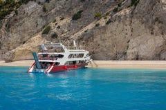 Łódź w Jasnej błękitne wody w Lefkada wyspie, Grecja -5 Obraz Stock