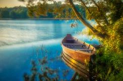 Łódź w jezioro krajobrazie zdjęcie royalty free