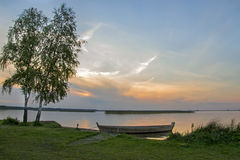 Łódź w jeziorze przy zmierzchem Obraz Stock