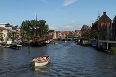 Łódź w kanale i mieście Leiden Zdjęcie Royalty Free