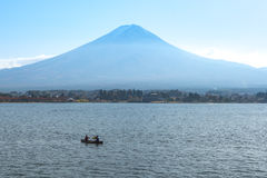 Łódź w Kawaguchiko jeziorze, Fuji góry tło Zdjęcie Royalty Free