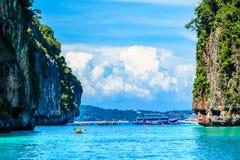 Łódź w majowie zatoki Phi Phi wysp Andaman morzu Krabi Tajlandia obrazy royalty free